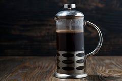 新近地煮的咖啡在法国新闻中 免版税库存图片