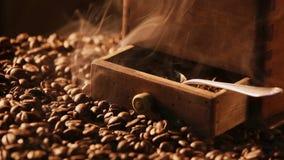 新近地碾碎的咖啡的气味 股票视频