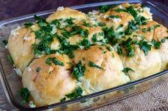 新近地芬芳小圆面包用大蒜和草本 对汤的完善的加法 库存照片