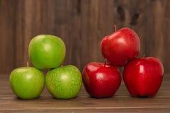新近地被收获的庄稼土气苹果 免版税库存图片