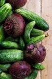 新近地被收获的腌制的黄瓜和甜菜根在轻的木头 库存照片