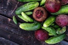 新近地被收获的腌制的黄瓜和甜菜根在黑暗的rusti 库存图片
