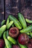 新近地被收获的腌制的黄瓜和甜菜根在黑暗的rusti 免版税库存照片