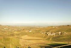 新近地被收获的葡萄的风景看法在Barolo谷的秋天调遣 免版税图库摄影