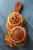 新近地被烘烤的传统甜桂香劳斯,在木板的漩涡 免版税图库摄影