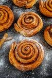 新近地被烘烤的传统甜桂香劳斯,漩涡 免版税库存图片