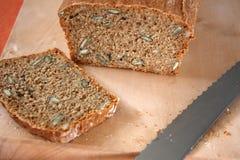 新近地被烘烤的全麦面包 免版税库存照片