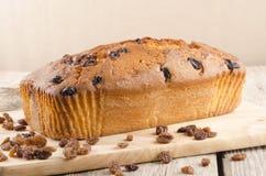新近地被烘烤的大面包蛋糕用葡萄干 库存照片