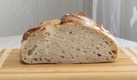 新近地被烘烤的家制面包拂去灰尘用面粉 免版税库存照片