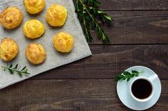 新近地被烘烤的小圆面包小饼和一杯咖啡 图库摄影