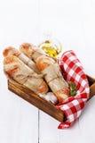 新近地被烘烤的小圆面包白色木背景 免版税库存图片