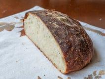 新近地被烘烤的工匠面包被切显示面包屑纹理和有壳的外部,基于秋天主题的placemat 库存照片