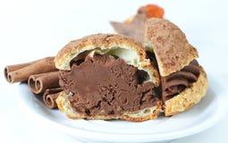 新近地被烘烤的巧克力甜可口奶油色曲奇饼cutted 库存图片