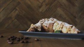 新近地被烘烤的新月形面包、薄荷叶和咖啡在木板,顶视图,选择聚焦的 影视素材