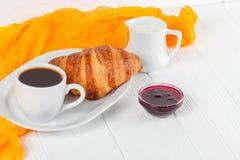 新近地被烘烤的新月形面包橙汁,果酱,杯子在白色木背景的无奶咖啡 法国早餐新鲜的酥皮点心为mo 免版税图库摄影