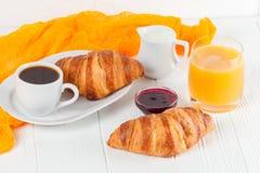新近地被烘烤的新月形面包橙汁,果酱,杯子在白色木背景的无奶咖啡 法国早餐新鲜的酥皮点心为mo 库存图片