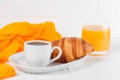 新近地被烘烤的新月形面包橙汁,果酱,杯子在白色木背景的无奶咖啡 法国早餐新鲜的酥皮点心为mo 免版税库存图片