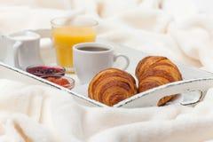 新近地被烘烤的新月形面包,橙汁,果酱,杯子在白色木盘子的无奶咖啡在格子花呢披肩 自创的曲奇饼 新鲜的酥皮点心为 图库摄影
