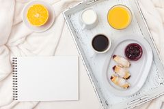 新近地被烘烤的新月形面包,橙汁,果酱,杯子在白色木盘子的无奶咖啡在格子花呢披肩 自创的曲奇饼 新鲜的酥皮点心为 免版税图库摄影