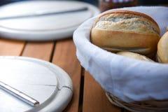 新近地被烘烤的晚餐篮子在背景中滚动与碗筷 宏指令 库存图片