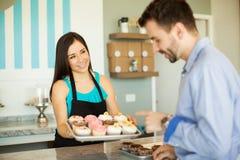 新近地被烘烤的杯形蛋糕待售 免版税库存图片