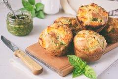 新近地被烘烤的松饼用菠菜、地瓜和希腊白软干酪在白色背景 健康概念的食物 美味酥皮点心 免版税库存图片