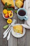 新近地被烘烤的桃子蛋糕用茶 免版税图库摄影