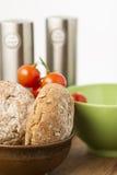 新近地被烘烤的棕色整粒小圆面包 免版税库存照片