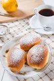 新近地被烘烤的甜小圆面包用果酱 免版税图库摄影