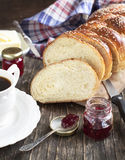 新近地被烘烤的甜结辨的面包大面包 库存照片