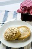 新近地被烘烤的自创全麦五谷小圆面包用乳脂干酪 库存图片