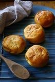 新近地被烘烤的菲律宾纤巧照片叫Pan de Coco或与变甜的椰子装填的小圆面包 免版税库存照片