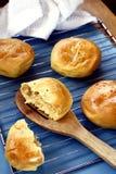 新近地被烘烤的菲律宾纤巧Pan de Coco或与变甜的椰子装填的小圆面包 库存照片
