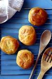 新近地被烘烤的菲律宾纤巧Pan de Coco或与变甜的椰子装填的小圆面包 免版税库存图片