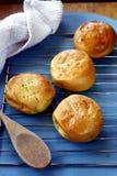 新近地被烘烤的菲律宾纤巧Pan de Coco或与变甜的椰子装填的小圆面包 库存图片
