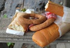 新近地被烘烤的面包和芝麻百吉卷 免版税库存图片