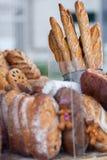 新近地被烘烤的面包在农夫市场上 免版税图库摄影