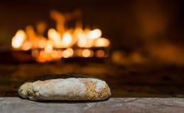 新近地被烘烤的面包在有传统石烤箱的土气面包店 库存图片