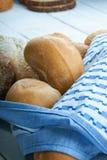 新近地被烘烤的面包小圆面包和桌布 免版税库存照片