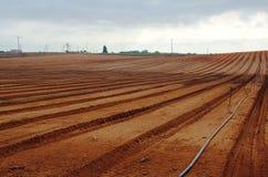 新近地被犁的农田 免版税库存照片