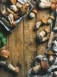 新近地被采摘的白色森林蘑菇,叶子,在木背景的刀子 库存图片