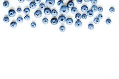 新近地被采摘的蓝莓backgrond 背景蓝莓食物健康有机 在白色背景顶视图,平的位置样式的蓝莓 图库摄影