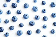 新近地被采摘的蓝莓backgrond 背景蓝莓食物健康有机 在白色背景顶视图,平的位置样式的蓝莓 库存图片