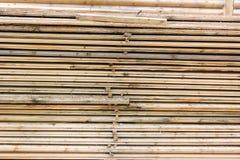 新近地被锯的木材材料的选择 免版税库存图片
