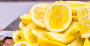 新近地被紧压的柠檬 库存照片