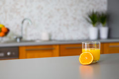 新近地被紧压的橙汁在厨房里 免版税库存照片