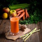 新近地被紧压的红萝卜汁 免版税库存照片