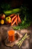 新近地被紧压的红萝卜汁 库存照片