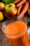 新近地被紧压的红萝卜汁 免版税库存图片