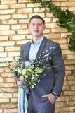 新郎为婚礼做准备 未婚夫等待他的未婚妻 婚礼衣服的一个人为摄影师摆在 库存照片